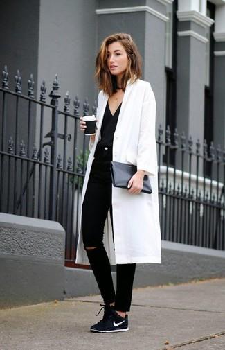 Стильное сочетание Белого пальто и черных рваных джинсов скинни определенно будет обращать на тебя взоры окружающих. Этот образ идеально дополнят черные низкие кеды.