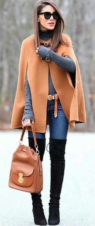 Как и с чем носить: светло-коричневое пальто-накидка, серая водолазка, синие джинсы скинни, черные замшевые ботфорты
