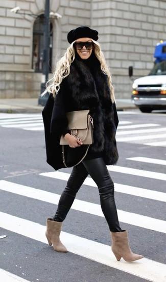 Как и с чем носить: черное пальто-накидка, черная водолазка, черные кожаные джинсы скинни, бежевые замшевые ботильоны