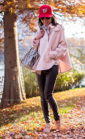 Как и с чем носить: розовое пальто-накидка, серая водолазка в горизонтальную полоску, черные кожаные узкие брюки, розовые кожаные топсайдеры