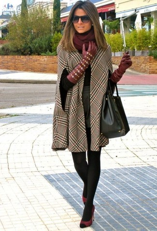 Как и с чем носить: коричневое пальто-накидка в клетку, черная водолазка, серые шерстяные шорты, темно-красные замшевые туфли