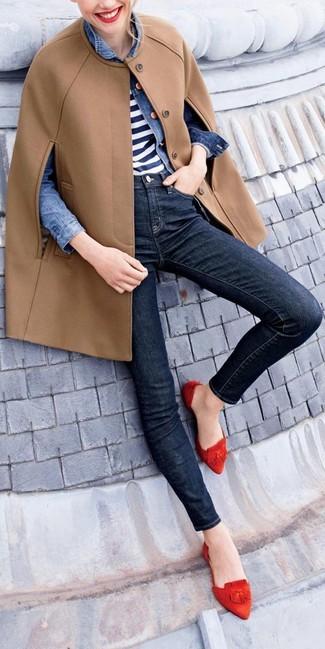Как и с чем носить: светло-коричневое пальто-накидка, синяя джинсовая куртка, бело-темно-синяя футболка с круглым вырезом в горизонтальную полоску, черные джинсы скинни
