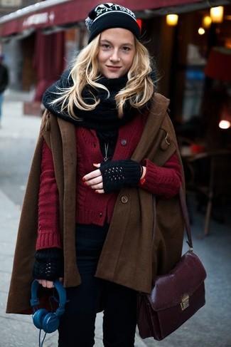 Темно-пурпурная кожаная сумка через плечо: с чем носить и как сочетать: Темно-коричневое пальто-накидка и темно-пурпурная кожаная сумка через плечо — стильный выбор барышень, которые постоянно в движении.