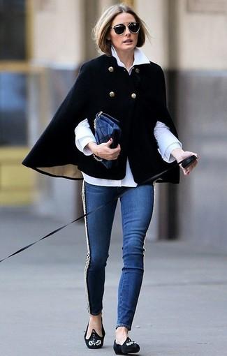 Как Olivia Palermo носит Черное пальто-накидка, Белая классическая рубашка, Темно-синие джинсы скинни, Черные замшевые лоферы с украшением
