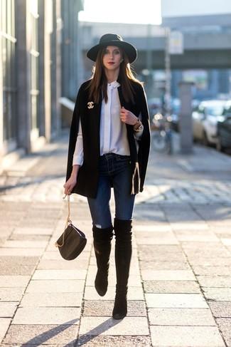 Как и с чем носить: черное пальто-накидка, белая шелковая классическая рубашка, темно-синие джинсы скинни, черные замшевые ботфорты