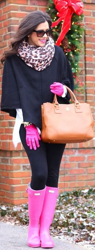 Как и с чем носить: черное пальто-накидка, черные леггинсы, ярко-розовые резиновые сапоги, табачная кожаная большая сумка