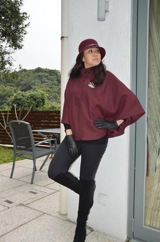 Как и с чем носить: темно-красное пальто-накидка, черные леггинсы, черные замшевые сапоги, черные кожаные перчатки