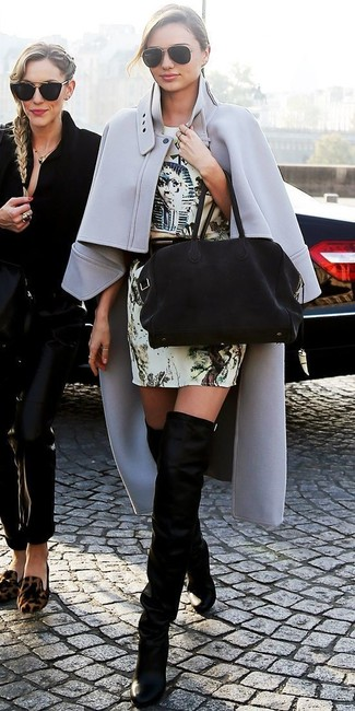 Как Miranda Kerr носит Серое пальто-накидка, Бежевое платье-футляр с принтом, Черные замшевые ботфорты, Черная замшевая большая сумка