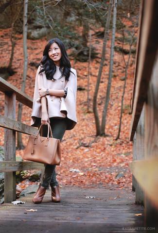 Женские луки: Сочетание розового пальто-накидки и темно-зеленых джинсов скинни смотрится очень красиво и современно. Вкупе с этим образом отлично выглядят табачные кожаные ботильоны.
