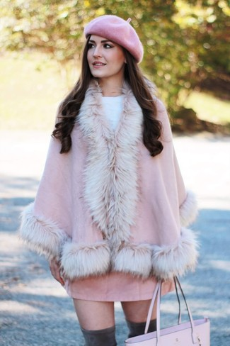 Розовое пальто-накидка: с чем носить и как сочетать: Современным девушкам, которые любят держать руку на пульсе последних тенденций, советуем взять на вооружение это сочетание розового пальто-накидки и розовой замшевой мини-юбки. Чудесно здесь будут выглядеть темно-серые замшевые ботфорты.