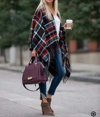 Как и с чем носить: разноцветное пальто-накидка в шотландскую клетку, белый свитер с v-образным вырезом, темно-синие джинсы скинни, коричневые замшевые ботильоны
