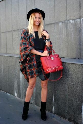 Как и с чем носить: красно-темно-синее пальто-накидка в шотландскую клетку, черный топ без рукавов, черная кожаная мини-юбка, черные кожаные ботильоны