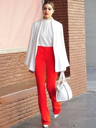 Белый шелковый топ без рукавов: с чем носить и как сочетать: Если ты принадлежишь к той немногочисленной группе барышень, которые каждый день стараются одеваться безупречно стильно, тебе придется по вкусу дуэт белого шелкового топа без рукавов и красных широких брюк. В тандеме с этим ансамблем наиболее удачно будут смотреться белые кожаные туфли.