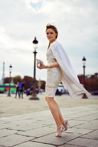 Как и с чем носить: белое пальто, белое кружевное облегающее платье, белые кожаные босоножки на каблуке, серебряный кожаный клатч
