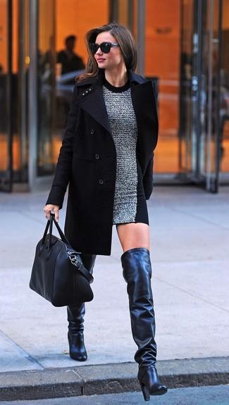 Как Miranda Kerr носит Черное пальто, Серое шерстяное облегающее платье, Черные кожаные ботфорты, Черная кожаная большая сумка