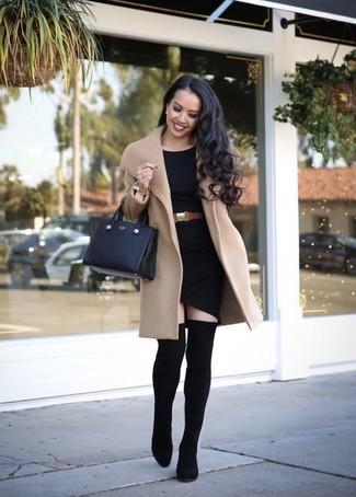 Как и с чем носить: светло-коричневое пальто, черное облегающее платье, черные ботфорты на резинке, черная кожаная большая сумка