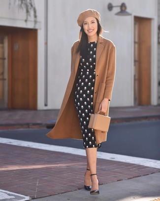 Как и с чем носить: светло-коричневое пальто, черное облегающее платье в горошек, черные кожаные туфли, светло-коричневый кожаный клатч