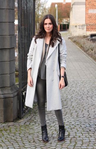 Как и с чем носить: серое пальто, бежевый вязаный открытый кардиган, темно-серая футболка с круглым вырезом, серые джинсы скинни