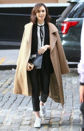 Как и с чем носить: светло-коричневое пальто, черный пиджак без рукавов, бело-черная блузка с длинным рукавом, черные кожаные узкие брюки
