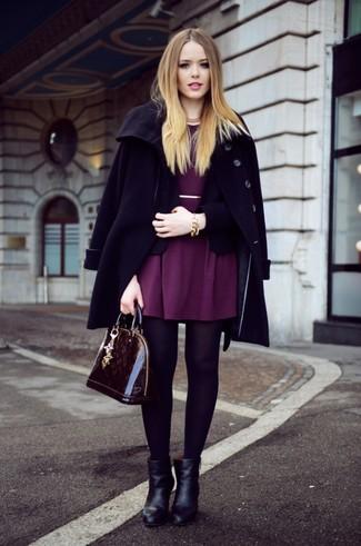 Как и с чем носить: черное пальто, черный пиджак, пурпурное платье с плиссированной юбкой, черные кожаные ботильоны