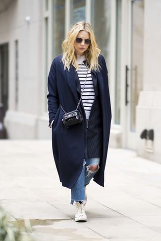 Как и с чем носить: темно-синее пальто, черный пиджак в вертикальную полоску, бело-черный свитер с круглым вырезом в горизонтальную полоску, синие рваные джинсы