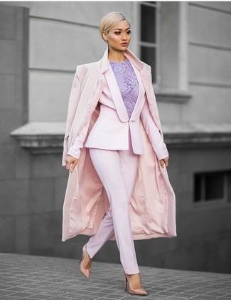 Модный лук: Розовое пальто, Розовый пиджак, Светло-фиолетовый кружевной топ без рукавов, Розовые классические брюки
