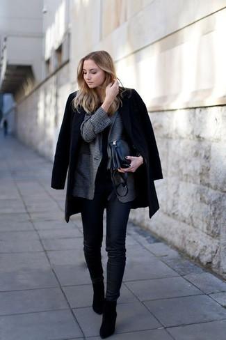 Как и с чем носить: черное пальто, темно-серый пиджак в мелкую клетку, черная футболка с круглым вырезом, черные джинсы скинни
