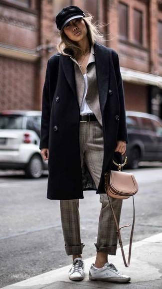 Как и с чем носить: черное пальто, серый пиджак, белая футболка с v-образным вырезом, серые классические брюки в шотландскую клетку