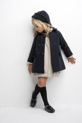 Как и с чем носить: темно-серое пальто, бежевое платье, черные балетки, темно-серая шапка