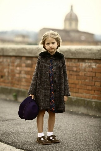 Как и с чем носить: темно-серое пальто, темно-синее платье, темно-коричневые балетки, темно-пурпурная шляпа