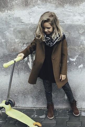 Как и с чем носить: коричневое пальто, черное шерстяное платье, темно-серые леггинсы, темно-коричневые замшевые ботинки