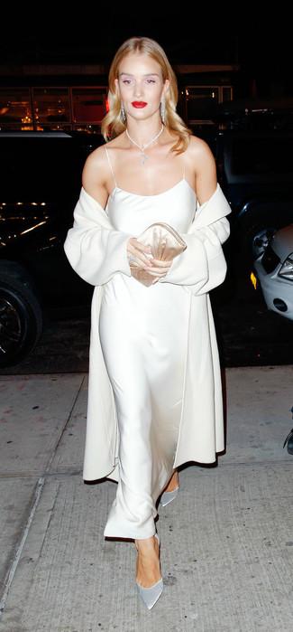 Как и с чем носить: бежевое пальто, бежевое шелковое платье-макси, серебряные замшевые туфли, бежевый сатиновый клатч