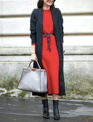 Как и с чем носить: темно-серое пальто, красное шерстяное платье-миди, черные кожаные ботильоны на шнуровке, серая кожаная большая сумка