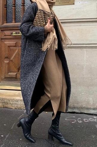 """Как и с чем носить: темно-серое пальто с узором """"в ёлочку"""", светло-коричневое шерстяное платье-миди, черные кожаные ботильоны, коричневый кожаный клатч"""