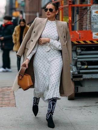 """Как и с чем носить: бежевое пальто с узором """"гусиные лапки"""", бело-черное платье-миди в горошек, черно-белые замшевые ковбойские сапоги с вышивкой, табачная кожаная сумочка"""