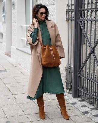 Как и с чем носить: бежевое пальто, темно-зеленое шифоновое платье-миди, табачные замшевые сапоги, табачная замшевая сумка-мешок
