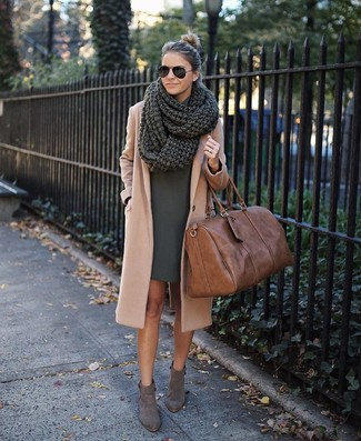 Как и с чем носить: светло-коричневое пальто, темно-зеленое платье прямого кроя, серые замшевые ботильоны, коричневая кожаная спортивная сумка