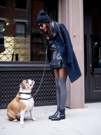 Как и с чем носить: темно-синее пальто, серое платье прямого кроя, черные кожаные ботинки челси, серые носки до колена