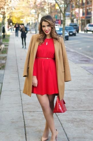 Как и с чем носить: светло-коричневое пальто, красное платье прямого кроя, светло-коричневые кожаные туфли, красная кожаная сумка-саквояж