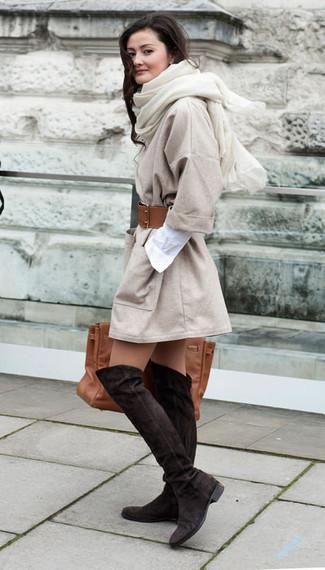Как и с чем носить: бежевое пальто, белое платье-рубашка, темно-коричневые замшевые ботфорты, коричневая кожаная большая сумка