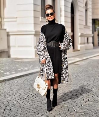 Как и с чем носить: бело-черное пальто с леопардовым принтом, черное платье-свитер, черные ботильоны на резинке, белая кожаная стеганая сумка-саквояж
