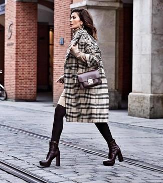 Как и с чем носить: бежевое пальто в шотландскую клетку, бежевое платье-свитер, темно-красные кожаные ботильоны, темно-красная кожаная сумка через плечо