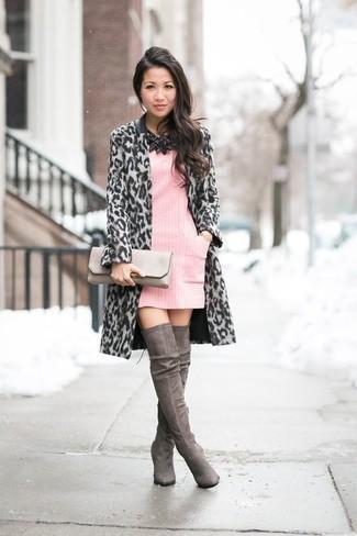 Модный лук: Серое пальто с леопардовым принтом, Розовое платье-свитер, Темно-серые замшевые ботфорты, Серый кожаный клатч