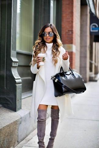 Как и с чем носить: белое пальто, белое платье-свитер, серые замшевые ботфорты, черная кожаная большая сумка
