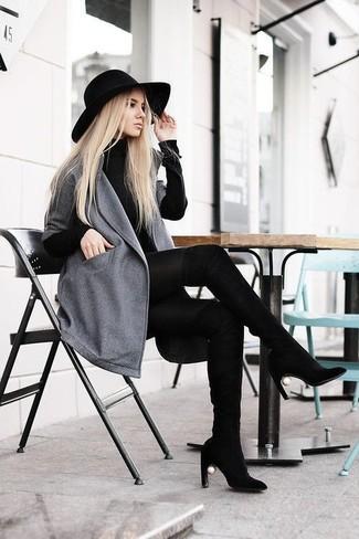 Как и с чем носить: серое пальто, черное платье-свитер, черные замшевые ботфорты, черная шерстяная шляпа
