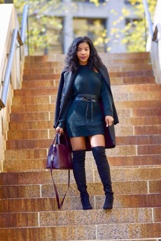 Как и с чем носить: темно-синее пальто, темно-синее платье-свитер, черные замшевые ботфорты, темно-красная кожаная большая сумка