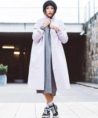 Как и с чем носить: светло-фиолетовое пальто, серое вязаное платье-свитер, черные высокие кеды из плотной ткани, черная вязаная шапка