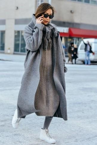 Как и с чем носить: серое пальто, серое вязаное платье-свитер, белые кожаные высокие кеды, серый шарф