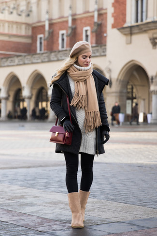 Как и с чем носить: темно-серое вязаное пальто, белое платье-свитер, черные леггинсы, светло-коричневые угги