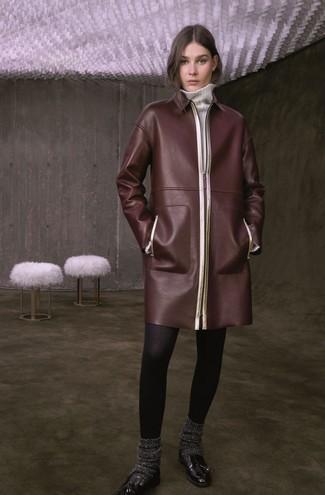 Как и с чем носить: темно-коричневое кожаное пальто, белое платье-свитер, черные кожаные лоферы с кисточками, темно-серые шерстяные носки